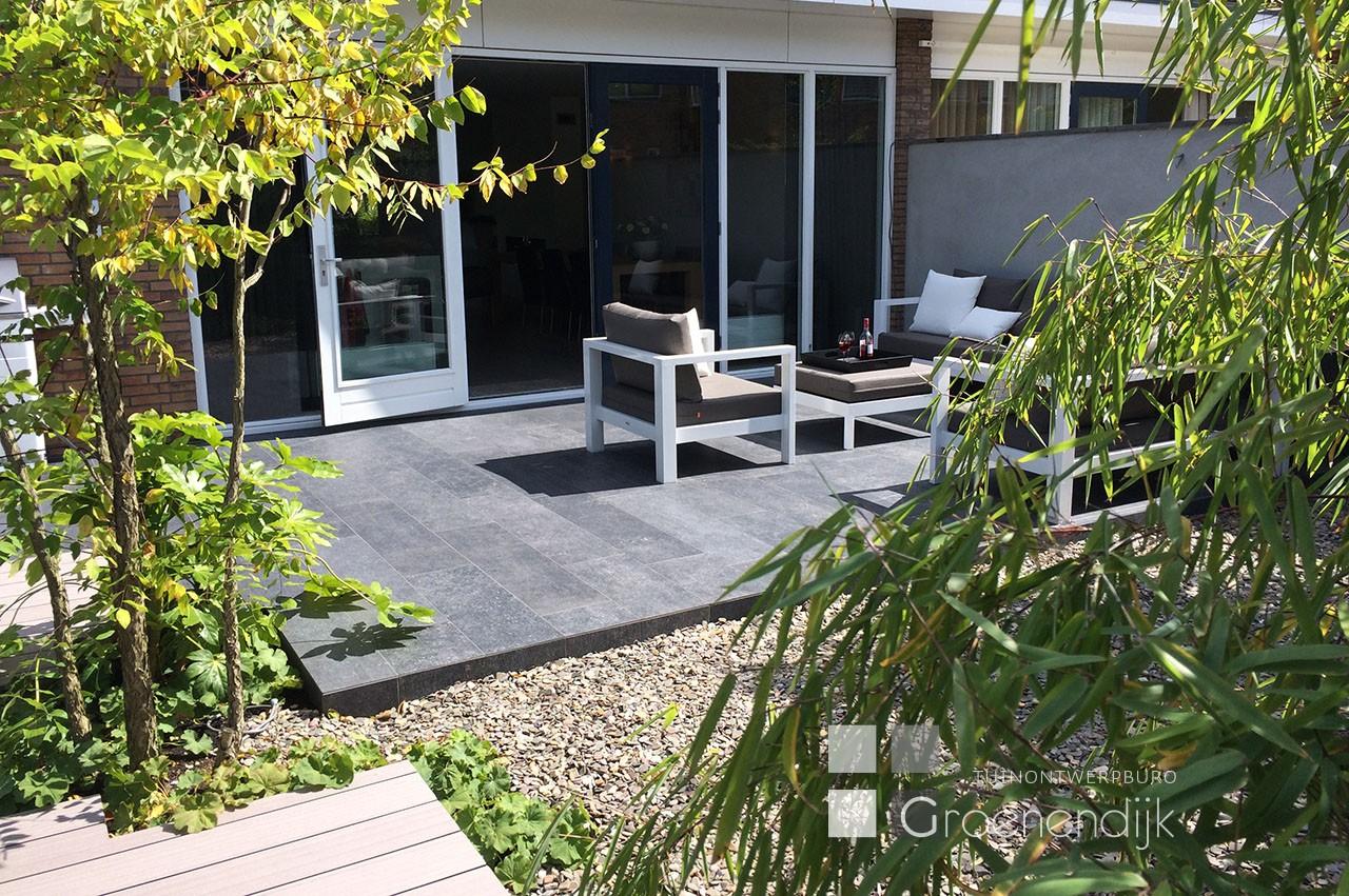 Kleine moderne tuin in Reeuwijk