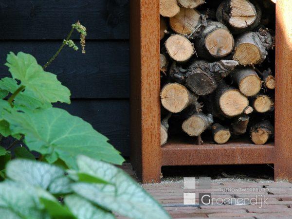Cortenstalen kast voor openhaardhout